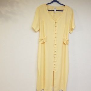 Women's 24W yellow dress with button front.